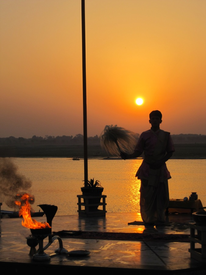 Morning_Aarti_of_the_Ganges_at_sunrise,_Varanasi.jpg